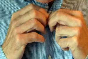 Выпущены магнитные рубашки для людей с болезнью Паркинсона