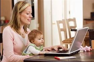 Фото девушки с ребенком у компьютера