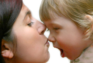 Если мама размахивает руками, ребенок быстрее заговорит