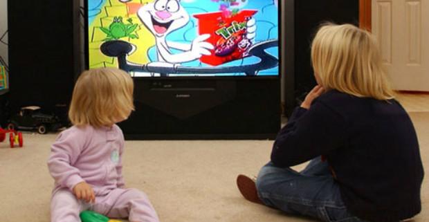 Привычка смотреть телевизор делает детей будущими домоседами
