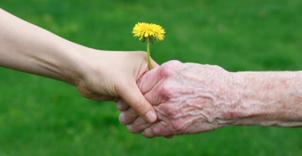 Пожилые люди более доверчивые и счастливые