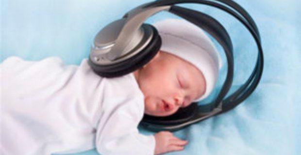 Ученые: недоношенные дети во сне слышат голос мамы