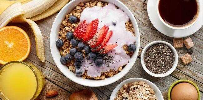 Ученые сообщили, что поздний завтрак в сочетании с ранним ужином помогут сбросить вес