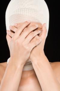 Женщина после пластической операции
