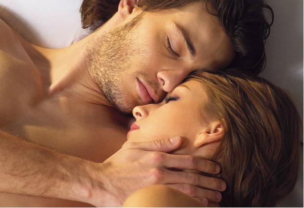 Доказано: женщины выбирают мужчин по запаху
