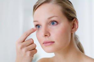 Тонированные контактные линзы становятся причиной головной боли