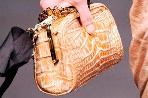 Какие необычные вещи носят женщины в сумочках
